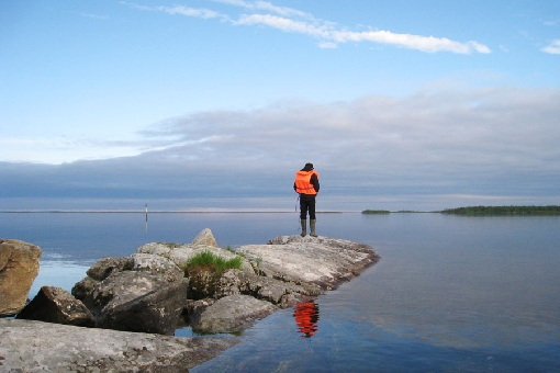 The placid mid-lake area of Lake Inarijärvi soothes your mind.