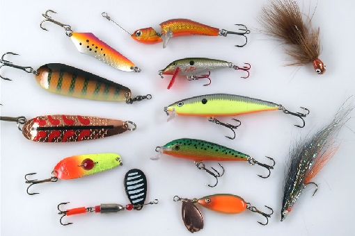 Asp lures. Left vertical row: Tiura Neiden, Inkoo, Salamander, Räsänen and Kuusamo Volfram Spinner. In the middle: Jigwobbler, Rapala Countdown, Rapala Flat Rap, Rapala Team Esko and Bete Lotto. In the right: MA Leech and Bleak Streamer.