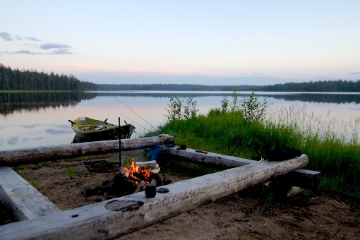 There is a place for campfire by the water area of Kokalmus in Hossa.